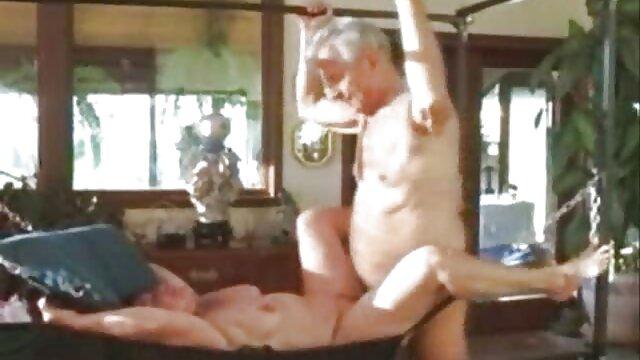 Anaknya membuka ibunya yang mabuk dan bercinta dengan wanita berbulu di video bokep nyepong dapur.