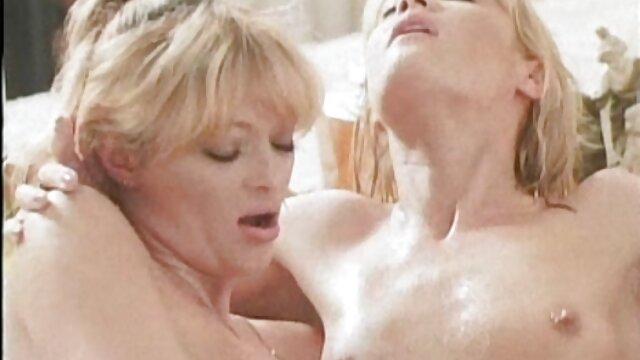 Super Gila tante sepong kontol Lesbian menempel pantat mereka di empat-cara.