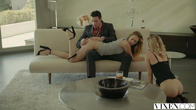 Perempuan seksi nyepong kontol sampe crot tiga dimensi madu menggosok muff