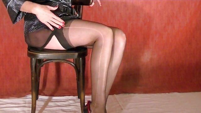 tiga dimensi trampoline mengisap permen lolipop pada lutut. tante sepong kontol