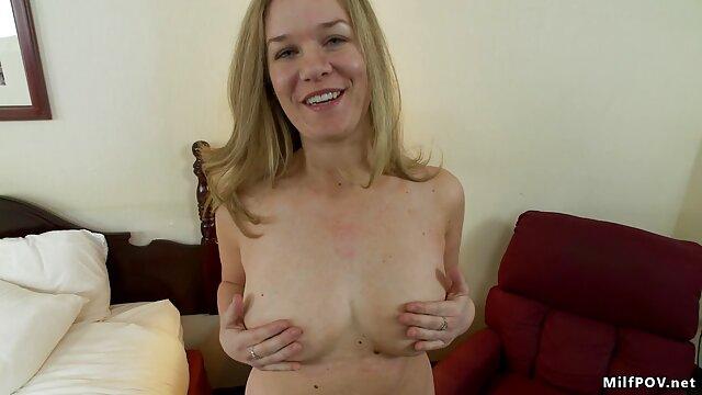 Penari telanjang saling menggoda download video tante nyepong dengan gerakan mereka.